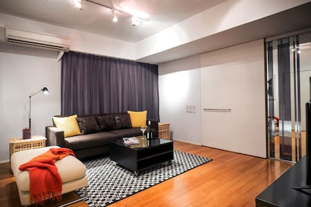 This has to be the best location listed on Airbnb, right in the heart of Central HK! Modern furnished apartment with TV, fridge, microwave, washer, safe! Free WiFi, Now TV Cozy 1 Queen bed + Sofa bed Perfect base for HK!