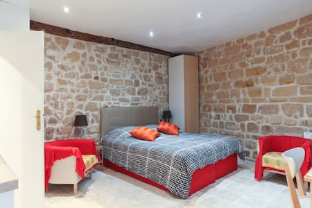 Located in the heart of Marais District (Rue des Ecouffes) on the ground floor with a courtyard view. It's a lovely, clean and super comfortable apartment maintained to a high standard, perfect for a couple or a single traveler.