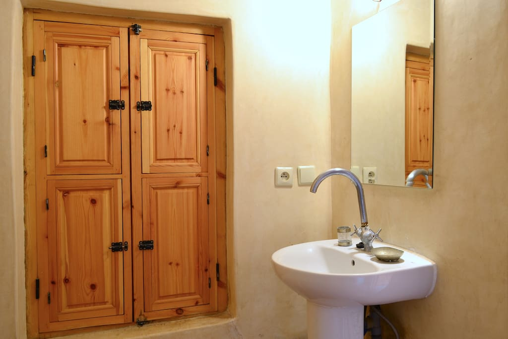 En suite bathroom with hand polished tadalect walls and traditional zellige