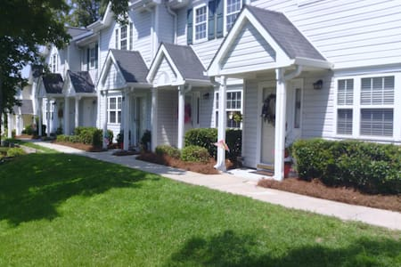 2BR 2.5BA Townhouse with Parking
