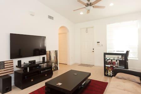 New Home w/ spacious room + bath - Miramar - Huis