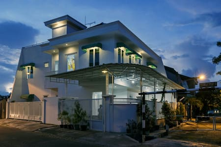 Flory's guest house. Clean and cozy - surabaya - Hus