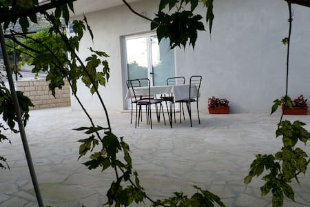 Nice studio with terrace in stone - Huoneisto