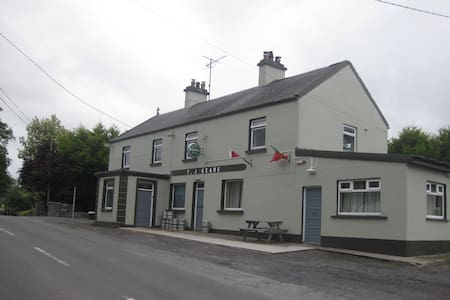 Spacious apartment beside country pub Crossboyne - Apartment