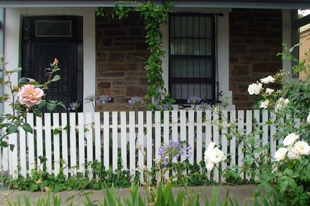 Adelaide City Centre 1870s Stone Cottage - Adelaide - Bed & Breakfast