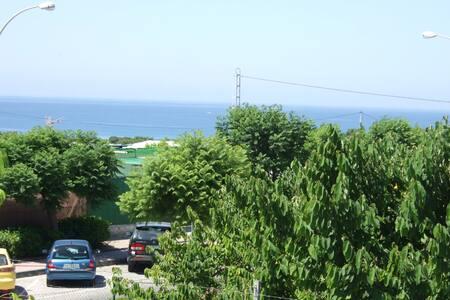 Villa nr center/beach- sleep 6 WIFI