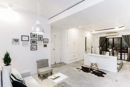 Everyone wants to feel like their bedroom is beautiful. It should be a place you feel comfortable, safe & inspired. This is what you are looking for. Hum...what's else should it be for perfection? YES, LOCATION, right in the heart of the city.