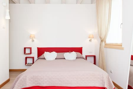 The Red room B&B - Bussolengo - Bed & Breakfast