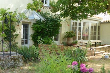 Room in village house 15min to La Rochelle - Huis