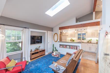 Venice Beach Bungalow: Clean&Bright - House