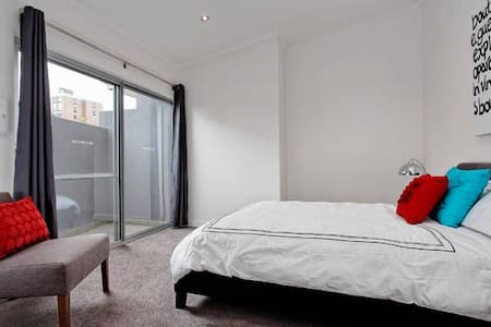 Townhouse 5 mins by train to city  - Glendalough - Apartment