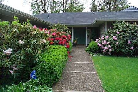 Privacy, Quiet, River, & Gardens - Cottage Grove - Hus