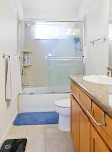Master Bedroom with Private Bathroom and Parking - San Leandro - Adosado