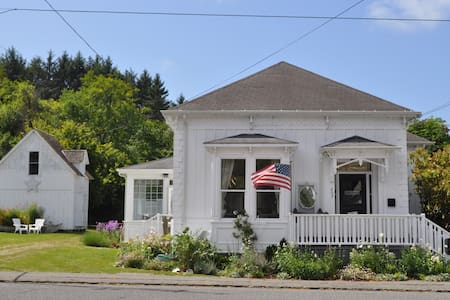 Charming Ferndale Victorian - House