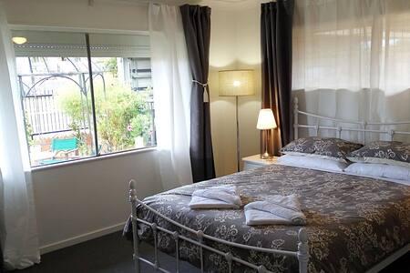 Elegant comfort in Redcliffe! - Redcliffe - Bed & Breakfast