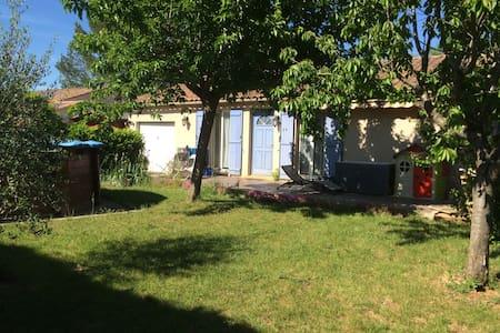 Une chambre dans la Provence verte - Huis