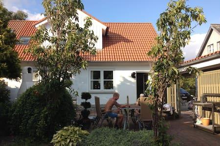 Familievenligt hus m/lukket have mod syg i 2 plan - Casa