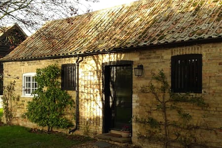 Pear Tree Cottage in quaint  historic village - Broughton - Bungalow