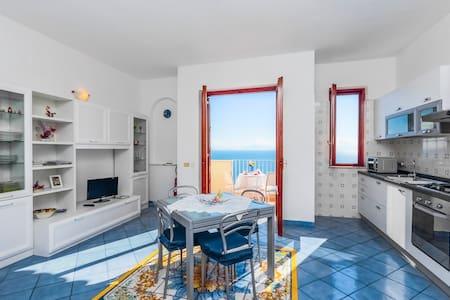 Amalfi: Ocean breeze stunning view!