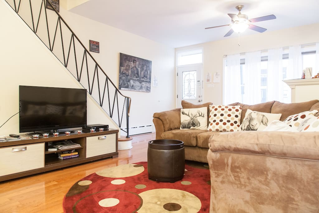 """Spacious living room with a 32"""" HD flat screen TV with cable and DVD player"""