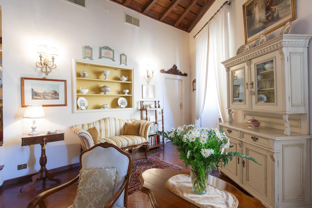 Il salotto con il divanetto antico e l'ingresso alla camera da letto