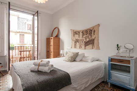 Double bedroom in a modernist building from 1900, in the heart of the city, close to the principal touristic attraction (casa Batlló, La Pedrera, Sagrada Familia, las Ramblas). Available for 1 or 2 people, with king size bed, and balcony.