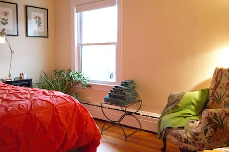 A Riverfront Room - Lambertville - Apartment