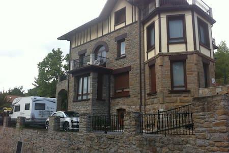 Habitación en casa de piedra. - Casa