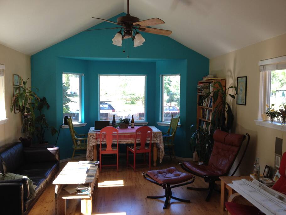 Colorful livingroom.