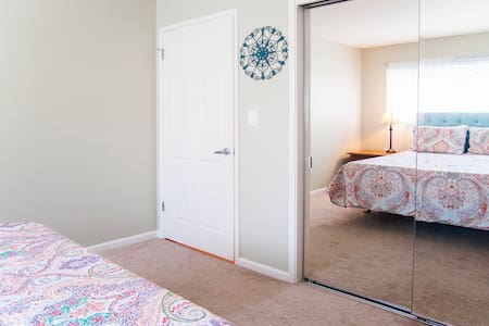 Private bedroom with pool view - Menlo Park - Apartment