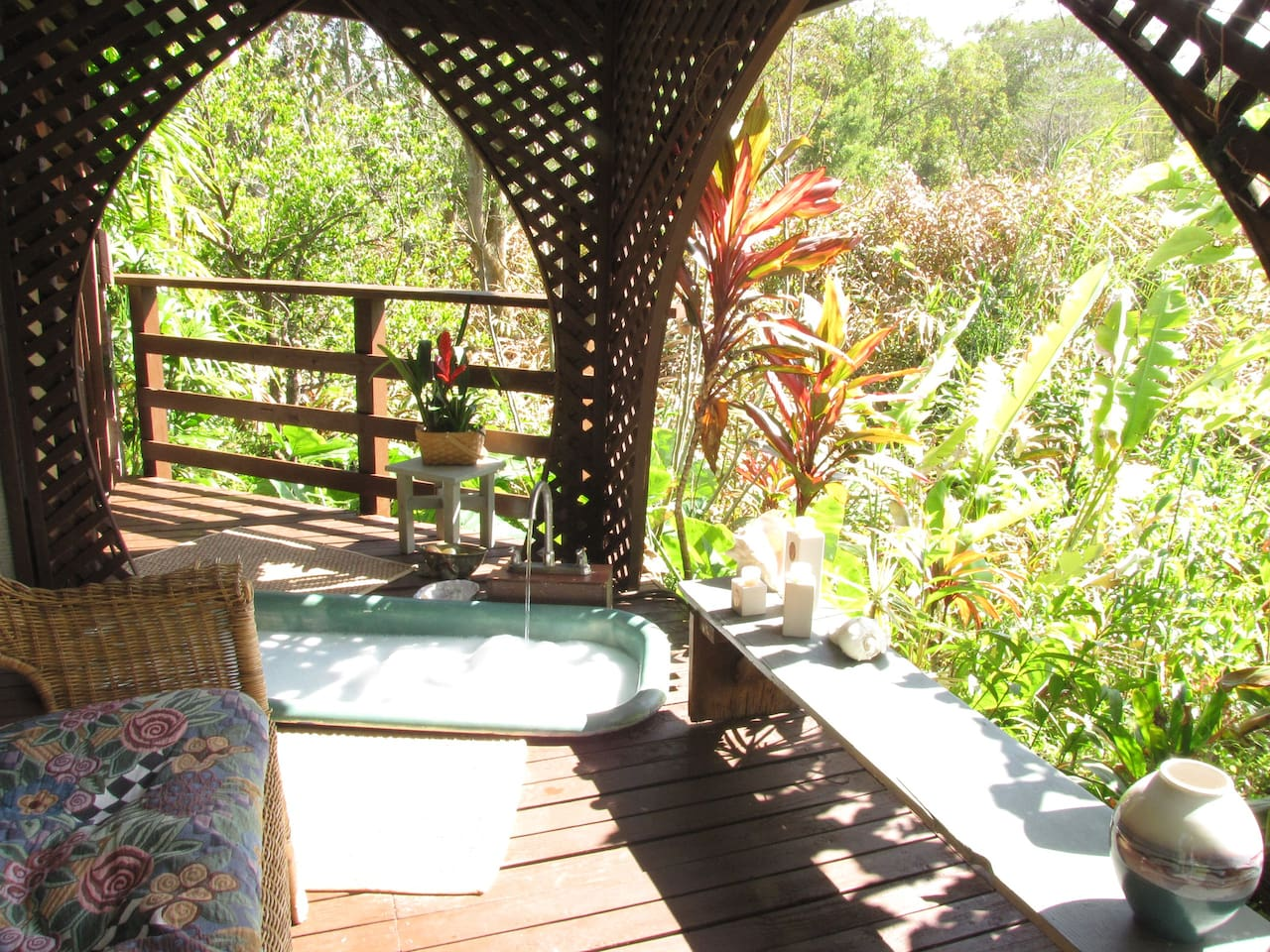 Secluded Nature Spa Bath House and Shower located next to the main house. Totally private, take a bath under the stars and moon light.