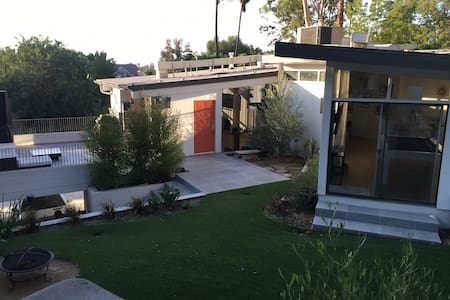 1 Private Room in a Modern House with the Works - Los Angeles - Huis