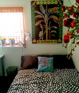 Beautiful & comfortable bedroom & private bathroom in a Venice home. Walk everywhere - beach, canals, Abbot Kinney, restaurants, bars, & shopping. Rent bikes to ride along the bike path to the 3rd Street Promenade, or boats in nearby Marina Del Rey.