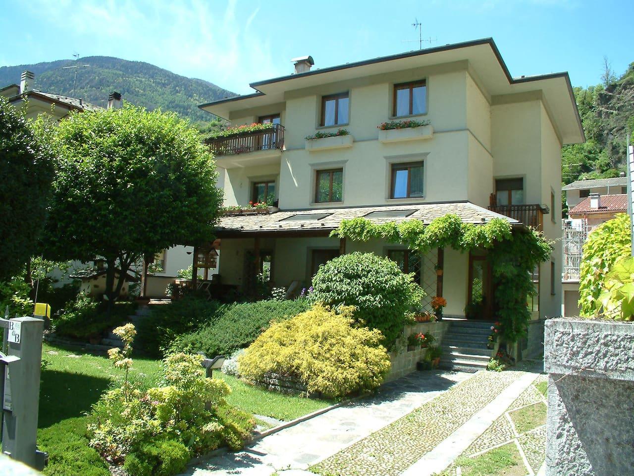 b&b Villa Verde in Valtellina.  Camere con bagno privato. Ampio giardino con portico  per la colazione in estate.