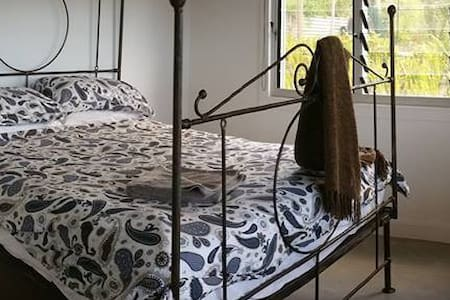 Large room with queen bed. - Mullumbimby