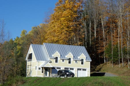 Relaxing brookside retreat on 18 private acres. - Ház
