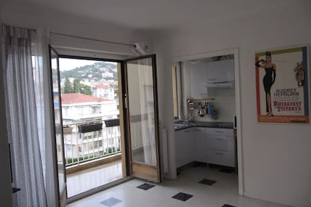 Studio 25 m2,  balcony 10 m2, quite equipped, 10 mn of Croisette, close any shops, stop bus, Le Cannet historic, close district any conveniences. Peace in residence with guards, reinforced door, intercom.