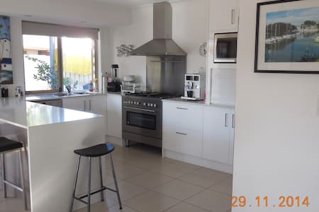 Re furnished home on the water in a great area! Near all things Surfers PLUS walk to movies, bars, restaurants, park with gym equipment and swimming lake. Great out door area and BBQ available. We are on the bus route and very central to everything!