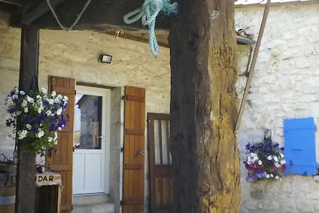 Room in a calm stone house, Bed & Breakfast. - Villeneuve-sur-Lot - Bed & Breakfast