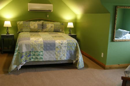 """Queen bed and 2 twins in """"the Green Room"""" - Blue Springs - Szoba reggelivel"""
