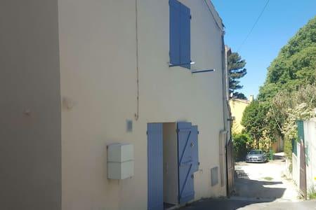 Maison de village au cœur du village des Camoins - Marseille - Reihenhaus