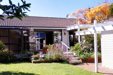 Single room in spacious comfortable house - Auckland