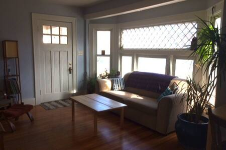 Private Room/Bath, Walk to Downtown