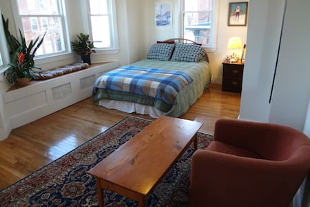Large Sunny Downtown Master Bedroom - Portland - Bed & Breakfast