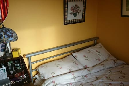 Small room with a double bed. - Gloucester - Casa