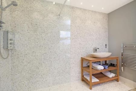 1 bed luxury, boutique Fulham flat