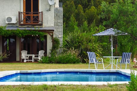 COUNTRY HOME - RIVER BEACH + POOL - Hytte