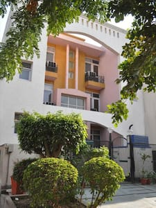 Peaceful Villa Near DLF Cyber Hub - Guesthouse