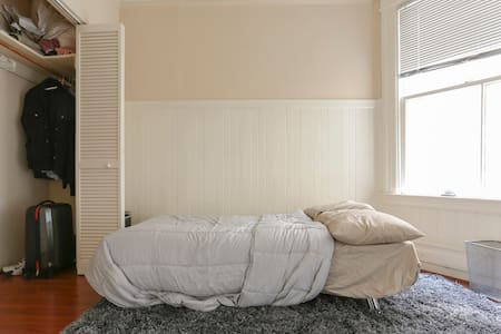 Spacious Bedroom, Sunny Marina Apt
