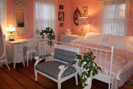 Suite with  king size bed in the Center of Salem. - Salem - House